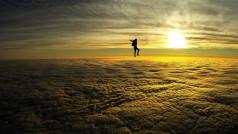 Un hombre juega mientras cae desde una altura de 10 mil metros. ¿Lo harías con tu PS4 o Xbox One?