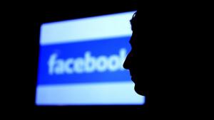 Por que o Facebook espiona o status que não são postados?