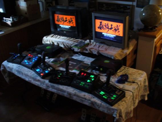 Steel Batallion era compatível com controles complexos e gigantescos, a foto mostra dois com os respectivos consoles e televisores
