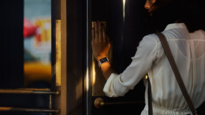 Apple-Watch-door