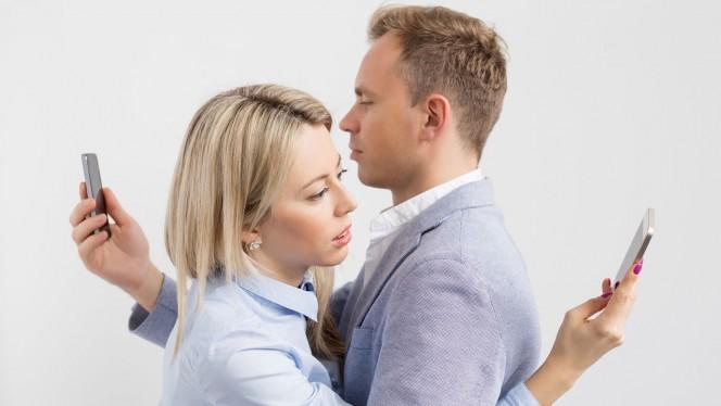 pareja-mirando-whastapp