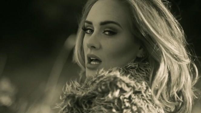 """Adele colapsa la red con el videoclip de """"Hello""""... y usa un teléfono que tú también tenías"""
