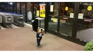 Visto en Youtube: Un niño pequeño descubre la magia de las puertas automáticas; su reacción te enternecerá