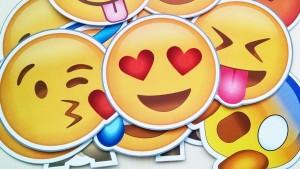 Los cuernos heavy, el facepalm o el selfie… Conoce los 74 emojis que llegan este 2016