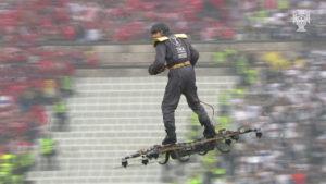 ¿El transporte del futuro? Mira cómo este hombre vuela con un dron