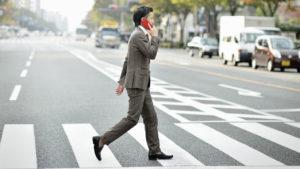 En esta ciudad te multan si miras el móvil al cruzar la calle