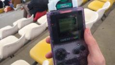 Este fan de la F1 hace un reportaje fotográfico… ¡con la cámara de Game Boy de 1998!