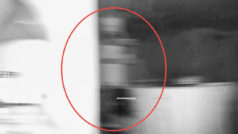 Puso una cámara en su sala de estar… y no esperó grabar estas dos horripilantes apariciones