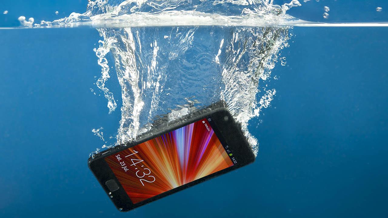 Cómo intentar salvar un teléfono que se ha mojado