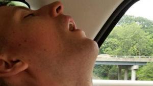 Batalla de Photoshop: mira todo lo que se perdió este chico por dormirse en el coche