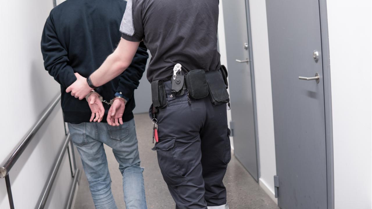 Arrestado el padre que ponía en peligro la vida de su hija por consolas
