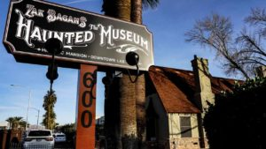 """Zak Bagans, la estrella de """"Buscadores de fantasmas"""", cierra una expo de su museo tras el ataque sobrenatural de la Mecedora del Demonio"""