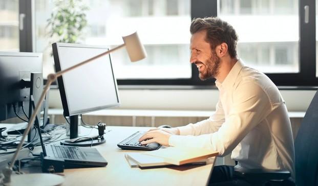Hombre utilizando ordenador
