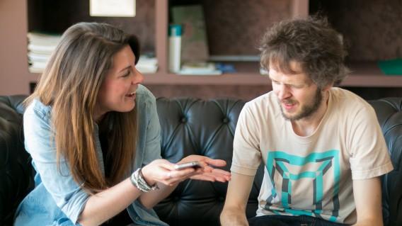 Suzie e Jon discutem vantanges e desvantagens do Facebook Messenger