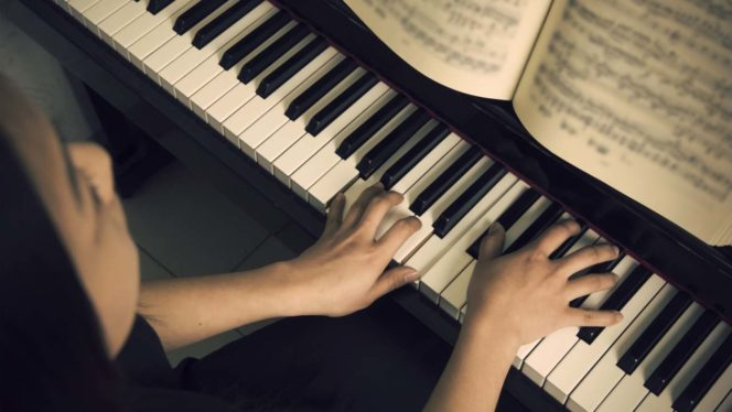 Learn to play the piano online for free