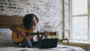 How to learn to play guitar online for free