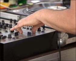 Vinyl-DJ bei der Filigran-Arbeit am Mischpult